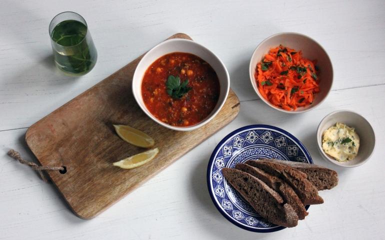 Marokkaanse harira met gemarineerde wortelsalade