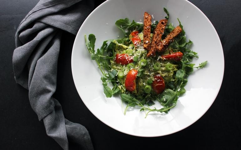 Courgetti met spinazie-pesto yoghurt saus