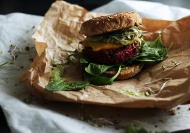 BURGERZAKEN: Bietenburger met avomayo en mango